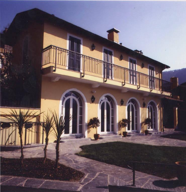 Facciata principale, fronte lago: Case in stile  di Studio Mingaia