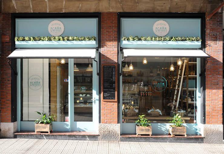 Tienda gourmet en Bilbao diseñada y ejecutada por Sube Susaeta Interiorismo: Oficinas y Tiendas de estilo  de Sube Susaeta Interiorismo
