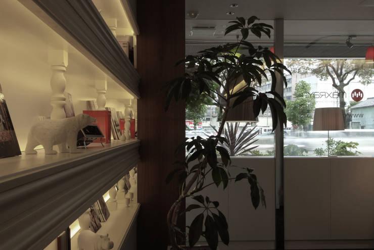 室内から望むハーフミラーのショーウィンドウ(日中) の Shigeo Nakamura Design Office モダン