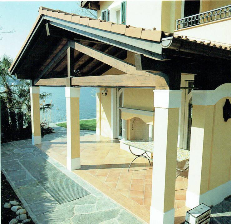 Portico laterale: Terrazza in stile  di Studio Mingaia