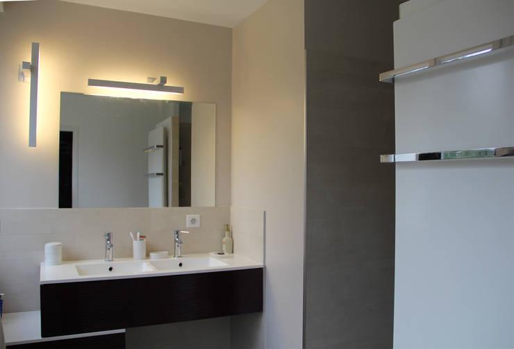 Salle de bains parentale: Salle de bains de style  par Architectures²