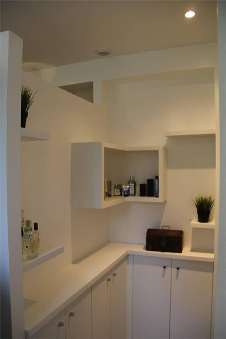 Rangements salle de bains: Salle de bains de style  par Architectures²