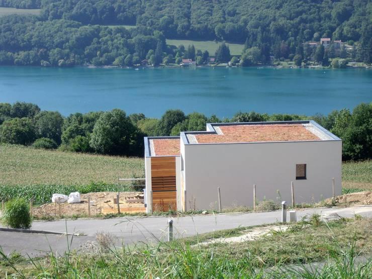 Depuis la vie d'accès, avec toiture végétalisée: Maisons de style  par Bak'erige