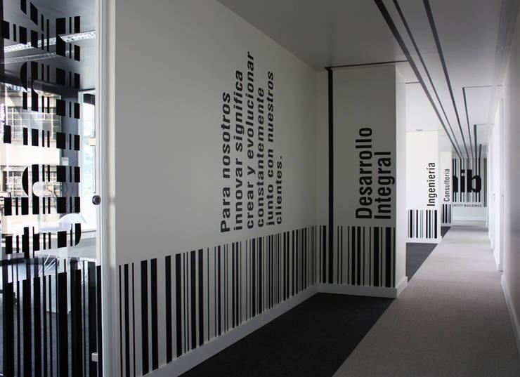 HIB Company's Headquarter / Signage: Estudios y despachos de estilo  de KXdesigners