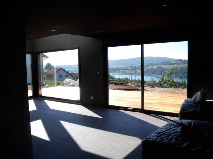 vue intérieur sur le lac: Salon de style  par Bak'erige