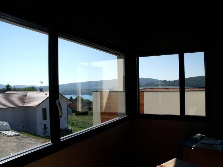 vue sur lac avec châssis d'angle depuis la suite parentale: Chambre de style  par Bak'erige
