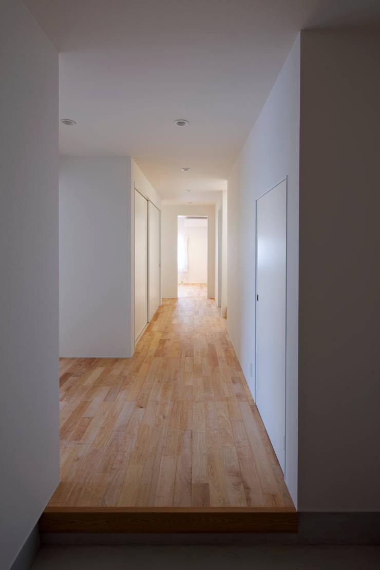 スルウ: 一級建築士事務所 楽工舎が手掛けた廊下 & 玄関です。