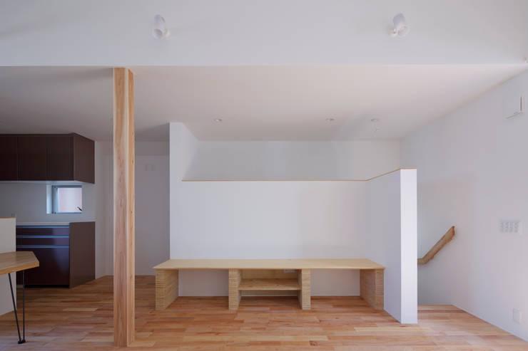 スルウ: 一級建築士事務所 楽工舎が手掛けたリビングです。
