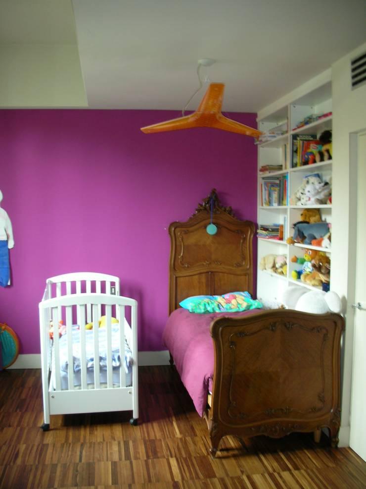camera bimbi: Stanza dei bambini in stile  di SENSIBILE DE ROSALES, Moderno