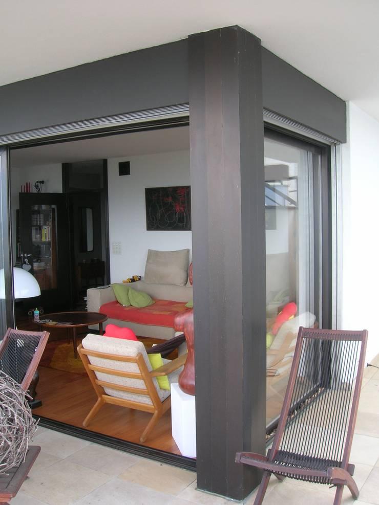 veranda: Soggiorno in stile  di SENSIBILE DE ROSALES