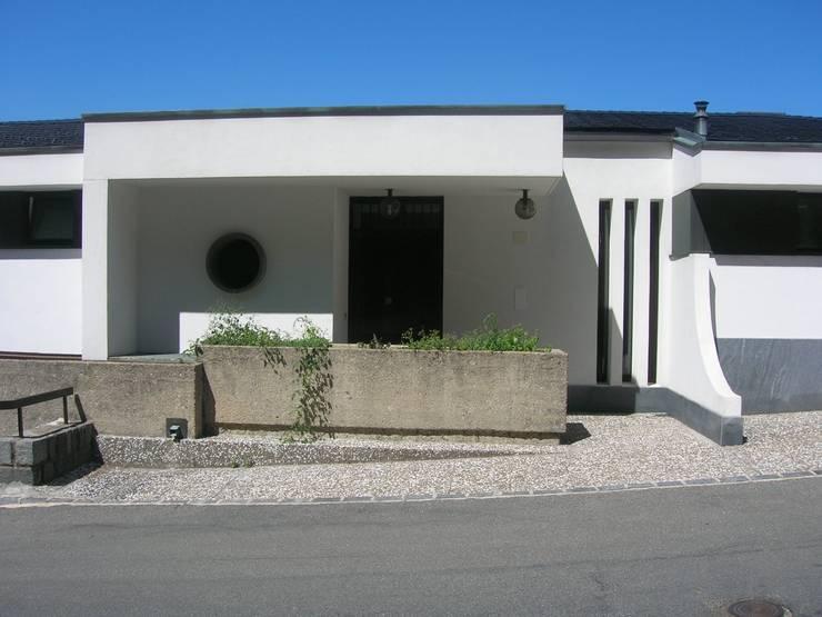 ingresso esterno: Finestre in stile  di SENSIBILE DE ROSALES