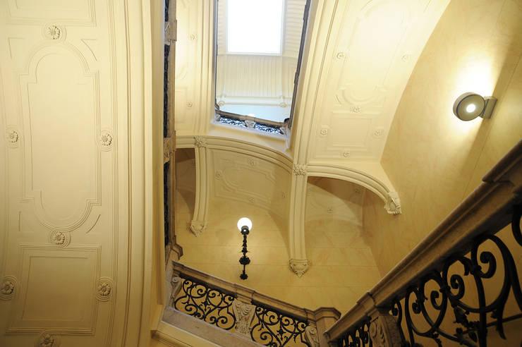 Scala principale: Ingresso & Corridoio in stile  di TRA - architettura condivisa