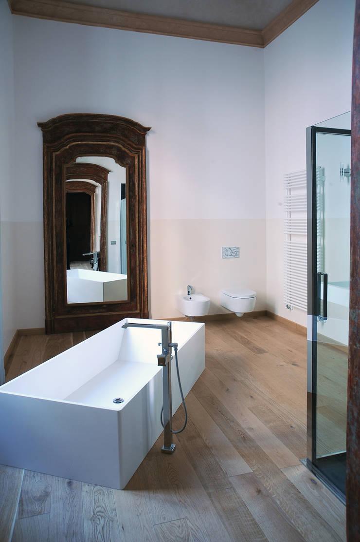 Appartamento al piano nobile: Bagno in stile  di TRA - architettura condivisa