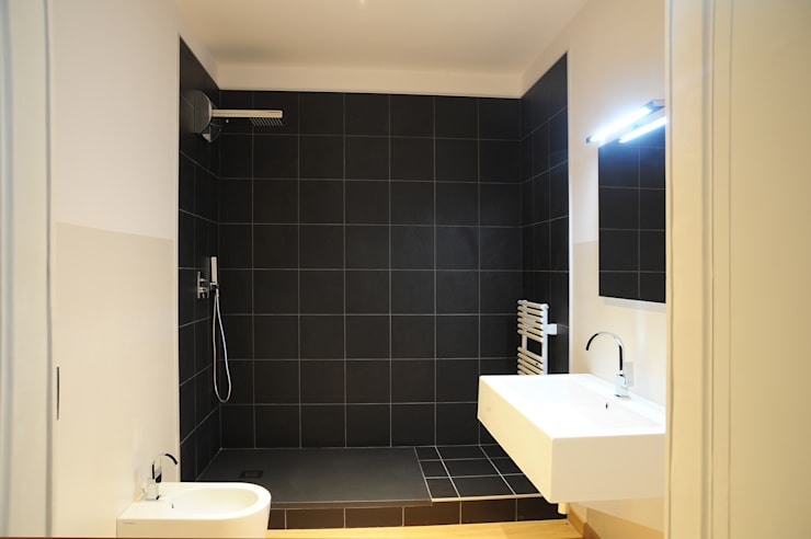 Appartamento al terzo piano: Bagno in stile  di TRA - architettura condivisa