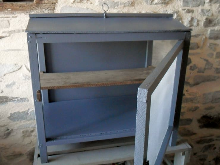 Après restauration, vue du garde-manger ouvert:  de style  par Le Torchon en Cavale