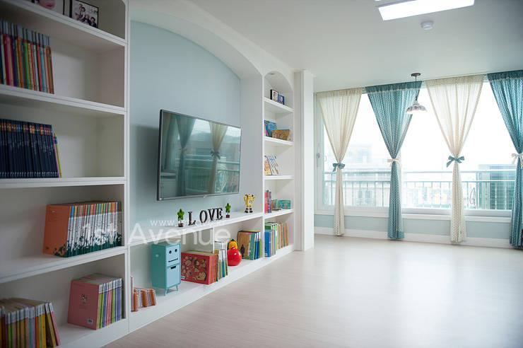 Salas / recibidores de estilo mediterraneo por 퍼스트애비뉴