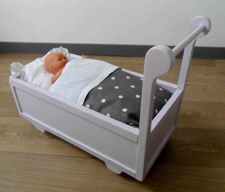 lit roulotte pour poupée, repeint de couleur parme clair:  de style  par Le Torchon en Cavale