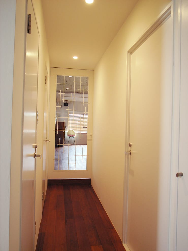 HOUSE M: MIKAZKI co., Itdが手掛けた廊下 & 玄関です。
