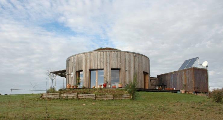 yourte en bois et son garage en container: Maisons de style  par Virginie Farges