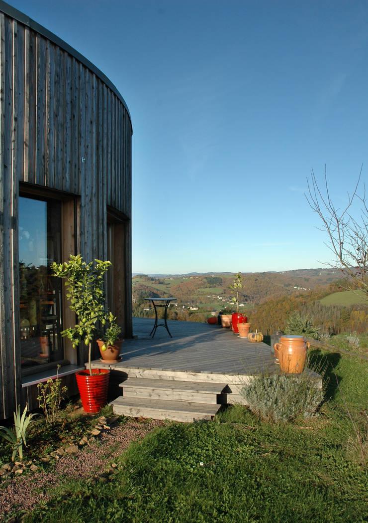 terrasse face à la vue: Maisons de style  par Virginie Farges