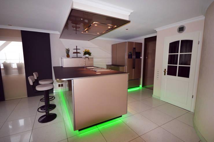 RGB Beleuchtung im Sockel: moderne Küche von homify