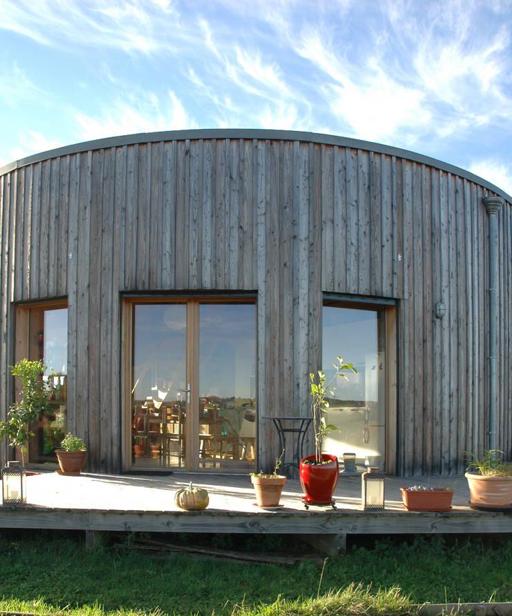 terrasse bois pour yourte en bois: Maisons de style  par Virginie Farges