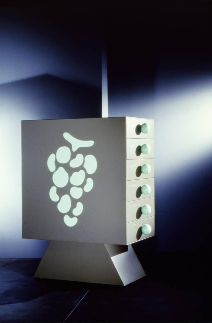 Grapes (1992): Camera da letto in stile  di Massimo Mariani Architetto