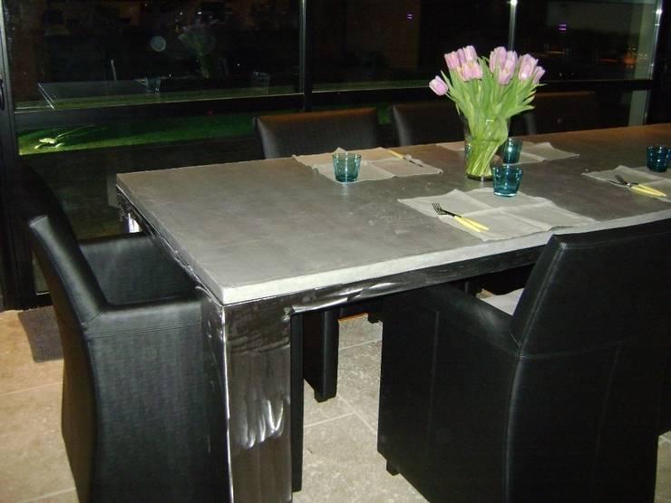 Table 3mx1m pieds 15cmx15cm: Salle à manger de style  par toujours maison