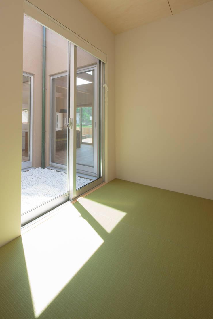 田んぼの中の小箱: 内田建築デザイン事務所が手掛けた寝室です。