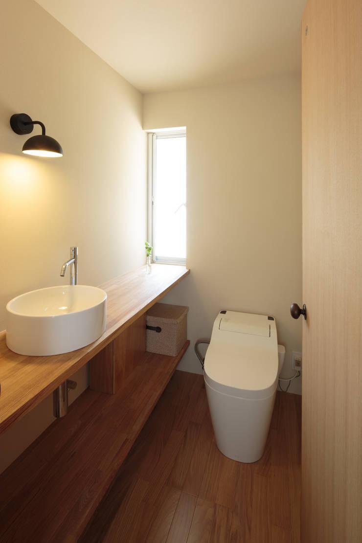 田んぼの中の小箱: 内田建築デザイン事務所が手掛けた浴室です。