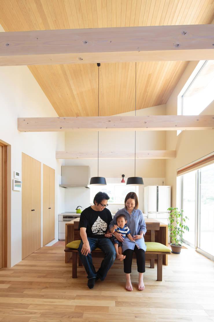 田んぼの中の小箱: 内田建築デザイン事務所が手掛けた家です。