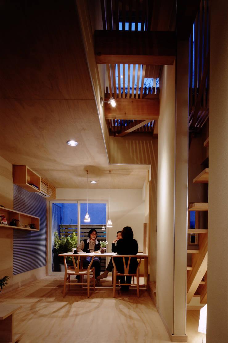 居間よりダイニングをみる: 濱嵜良実+株式会社 浜﨑工務店一級建築士事務所が手掛けた家です。