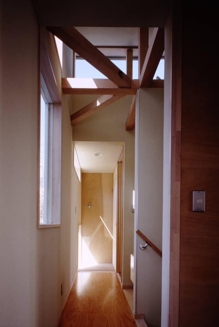 TAN 2階廊下: 濱嵜良実+株式会社 浜﨑工務店一級建築士事務所が手掛けた廊下 & 玄関です。