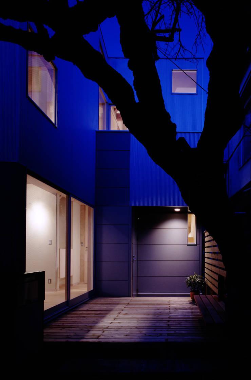 TAN アプローチ テラス夜景: 濱嵜良実+株式会社 浜﨑工務店一級建築士事務所が手掛けた家です。