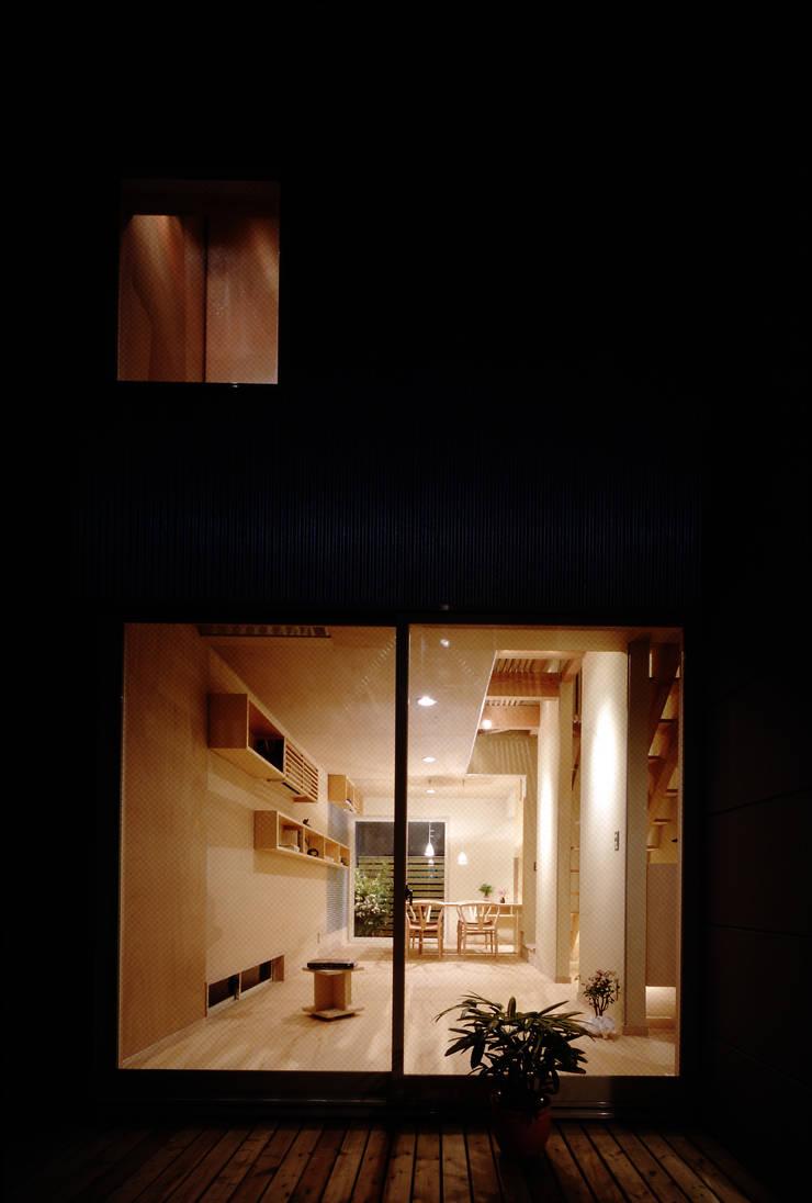 TAN 居間夜景: 濱嵜良実+株式会社 浜﨑工務店一級建築士事務所が手掛けたリビングです。