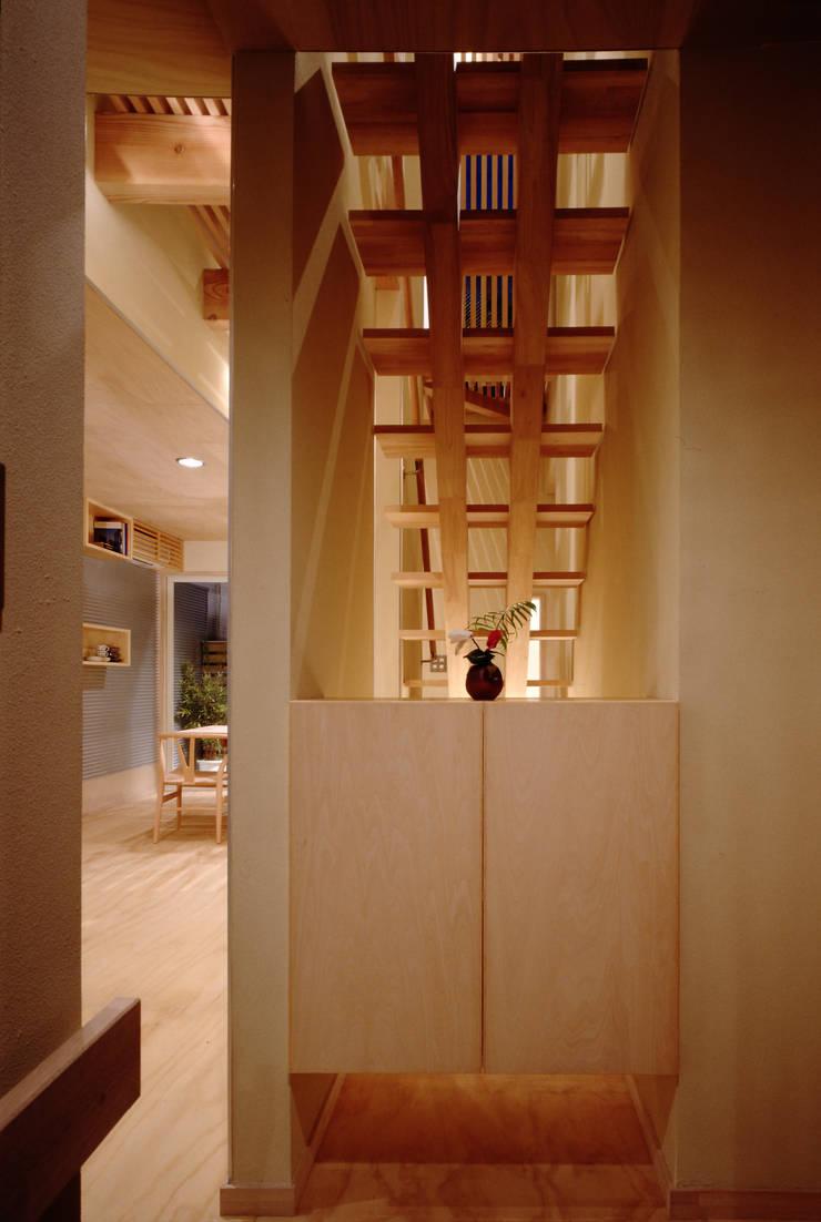 TAN エントランス: 濱嵜良実+株式会社 浜﨑工務店一級建築士事務所が手掛けた廊下 & 玄関です。,オリジナル