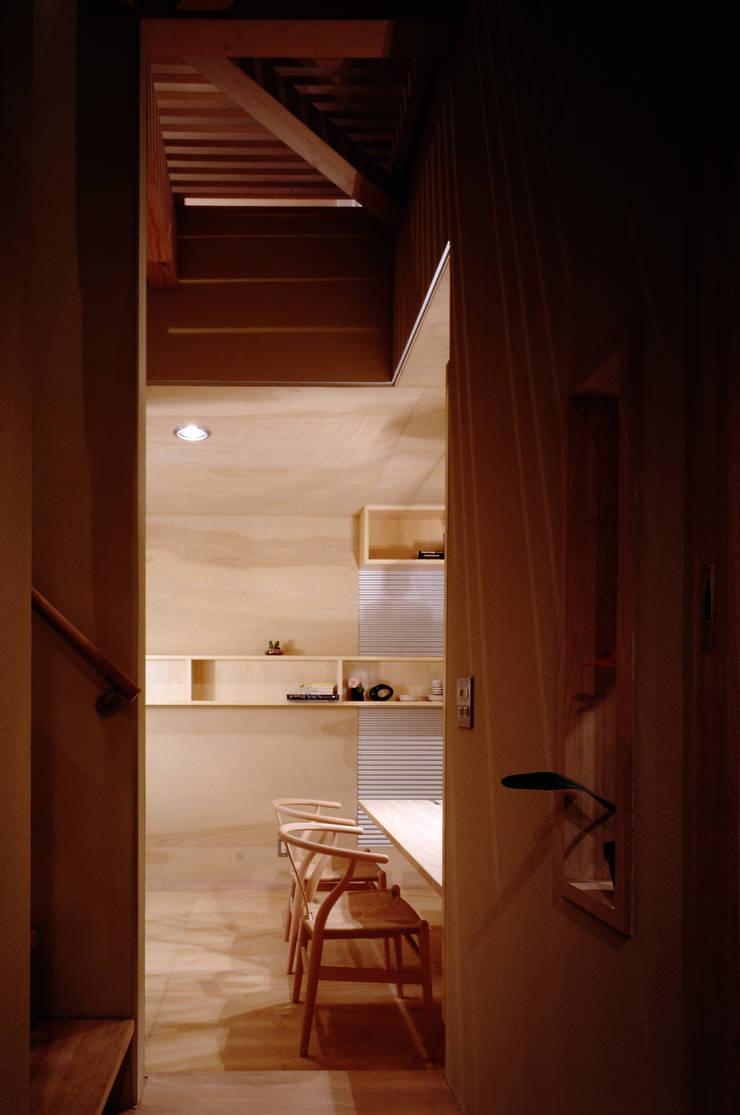 TAN 階段踊り場: 濱嵜良実+株式会社 浜﨑工務店一級建築士事務所が手掛けた廊下 & 玄関です。