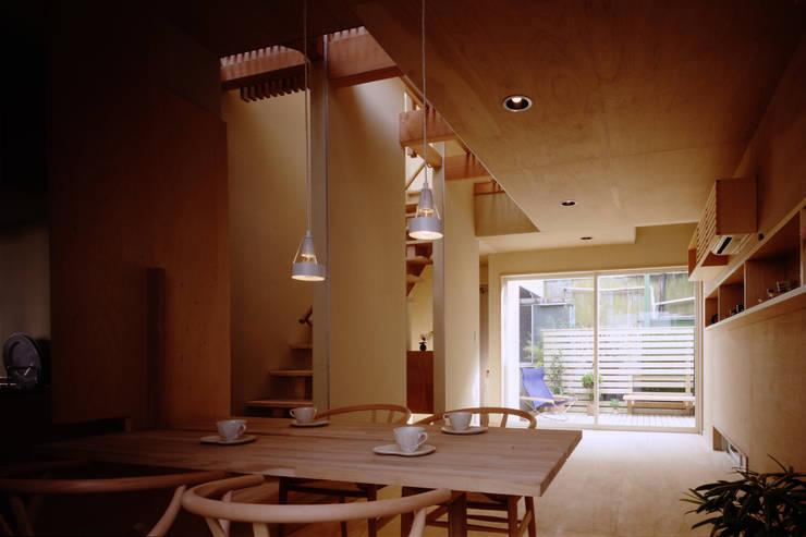 TAN リビング: 濱嵜良実+株式会社 浜﨑工務店一級建築士事務所が手掛けたリビングです。