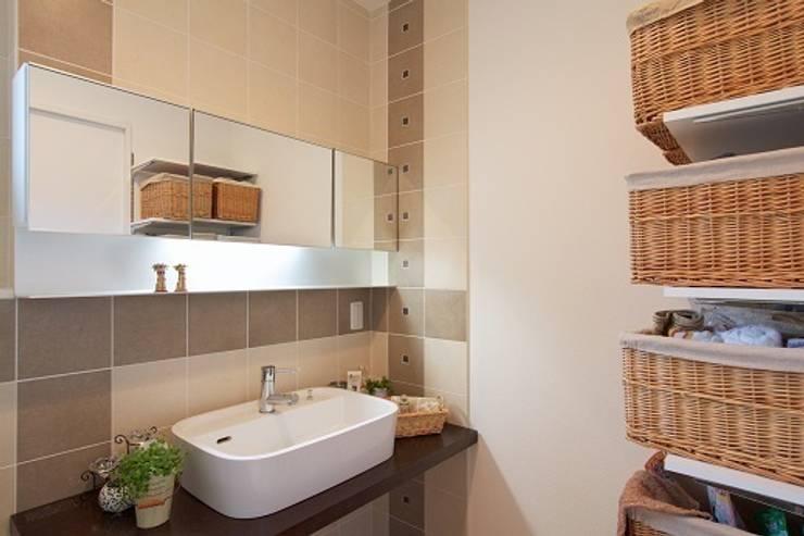 中庭のある家: 株式会社 創匠が手掛けた浴室です。