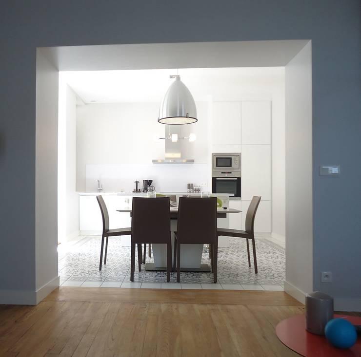 Rénovation d'un appartement à Biarritz:  de style  par GAEL DEVINCK AGENCE FSA
