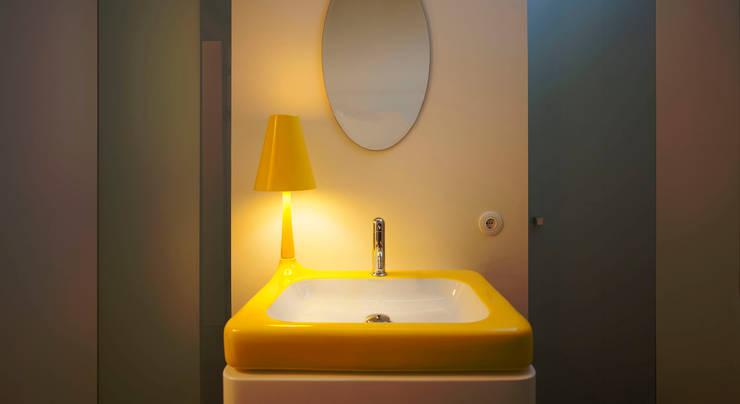 Banheiros minimalistas por spreeformat architekten GmbH