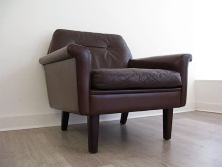 A Danish leather armchair (pair available): scandinavian Living room by Funky Junky