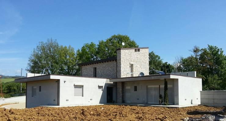vista sud est: Case in stile  di TuscanBuilding - Studio tecnico di progettazione, Rurale