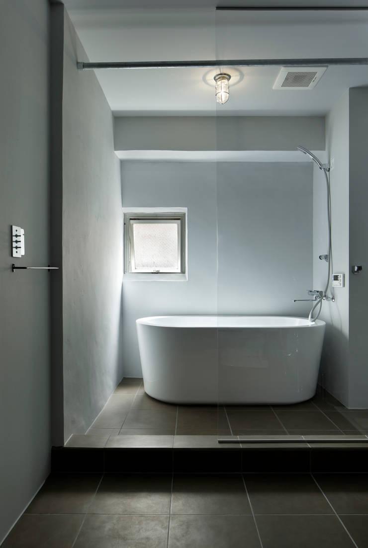 元浅草の住居: 蘆田暢人建築設計事務所 Ashida Architect & Associatesが手掛けた浴室です。