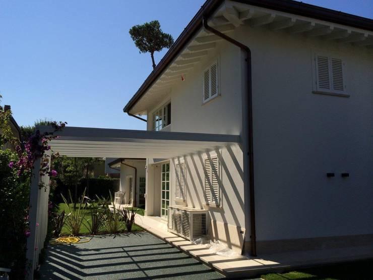 Villa Allegra, Forte dei Marmi (LU), Italy: Case in stile  di Michelangelo Chiti Architetto, Moderno