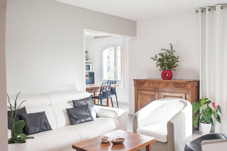 Salon avec porte en galandage ouverte : vue sur la cuisine: Salon de style  par B.Inside