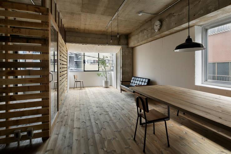Salas de estar rústicas por 蘆田暢人建築設計事務所 Ashida Architect & Associates