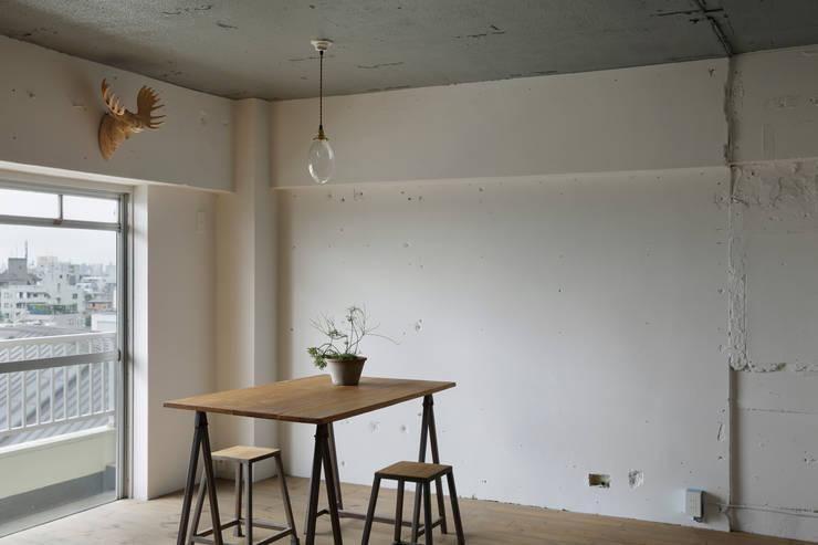 Walls by 蘆田暢人建築設計事務所 Ashida Architect & Associates
