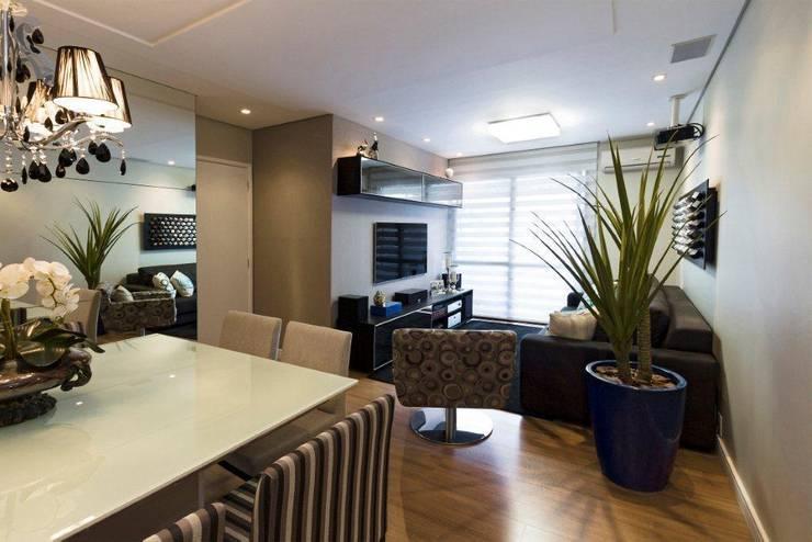 Projeto arquitetônico de interiores para residência unifamiliar. - (Fotos: Mariana Boro): Salas de estar  por ArchDesign STUDIO