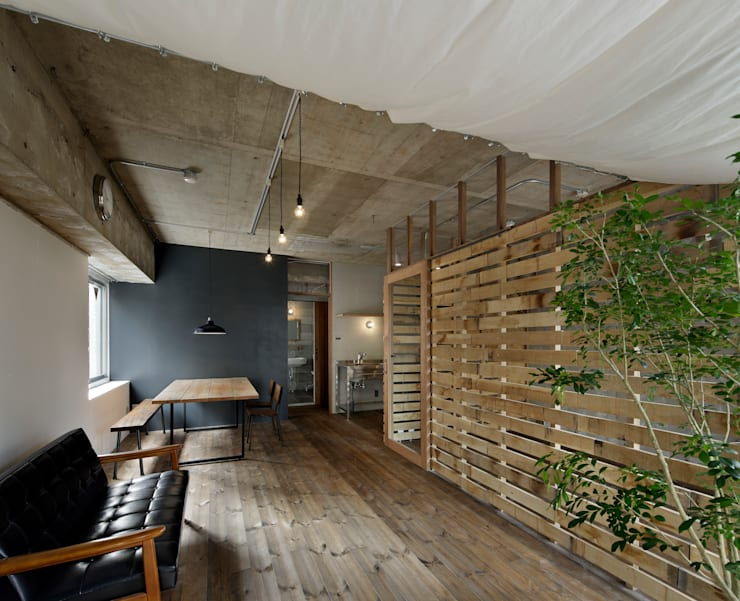 Salas de estilo  por 蘆田暢人建築設計事務所 ​Ashida Architect & Associates